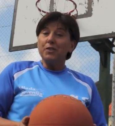 Ljudmila Novak igra košarko